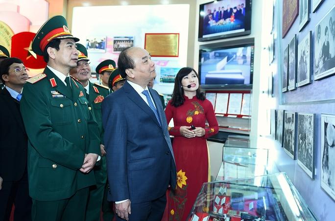 Thủ tướng thăm Bảo tàng Tình báo, Bộ Quốc phòng - Ảnh: Quang Hiếu