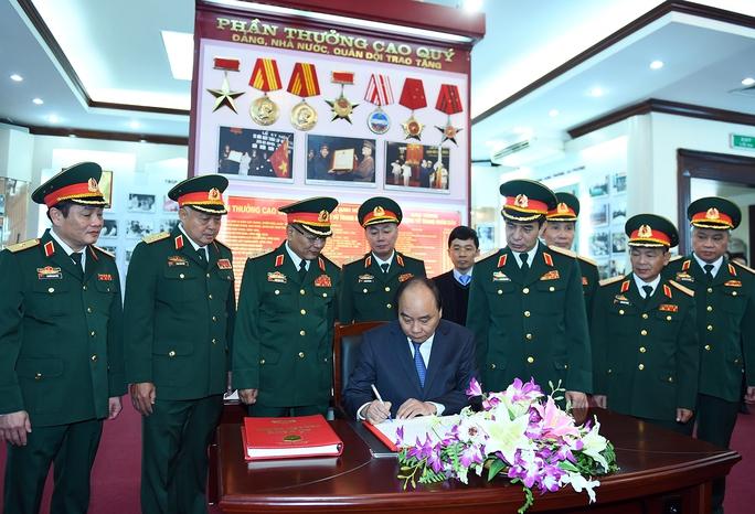 Thủ tướng ghi sổ lưu niệm Bảo tàng Tình báo, Bộ Quốc phòng - Ảnh: Quang Hiếu