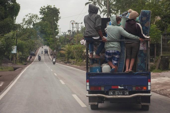 Người Việt chạy trốn núi lửa ở Bali - Ảnh 1.