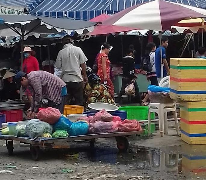 Mối lo thực phẩm bẩn từ các chợ tạm phục vụ công nhân - Ảnh 4.