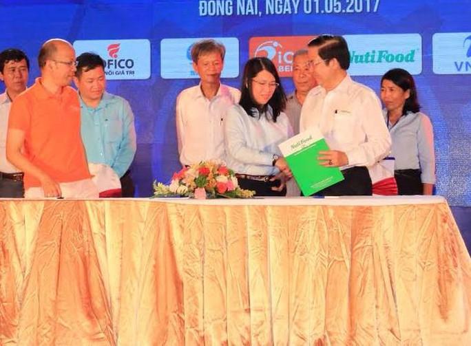 Đại diện Công ty Nutifood (bìa phải) tại lễ ký kết thỏa thuận hợp tác chăm lo cho công nhân với LĐLĐ tỉnh Đồng Nai
