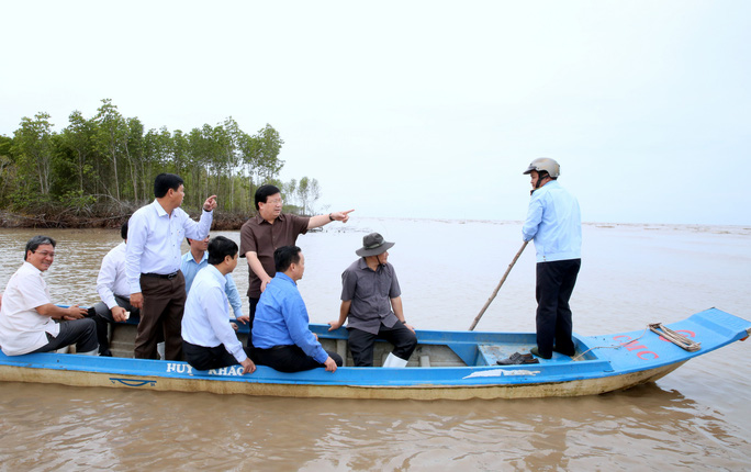 Phó Thủ tướng thị sát 240 km sạt lở, mất 500ha đất/năm ở ĐBSCL - Ảnh 2.
