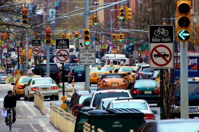 Sống trong thành phố kẹt xe dễ bị loãng xương - Ảnh 1.