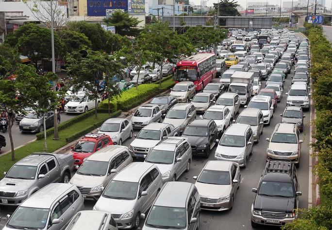Ô tô lưu thông trên đường Điện Biên Phủ, quận Bình Thạnh, TP HCM Ảnh: HOÀNG TRIỀU