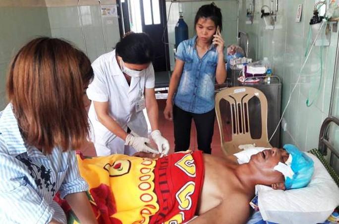 Ông Nguyễn Duy Bình đang được điều trị và theo dõi tại Bệnh viện Đa khoa Nghi Xuân