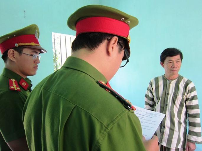 Khám xét phòng làm việc cán bộ Cục thuế Bình Định nhận hối lộ - Ảnh 2.