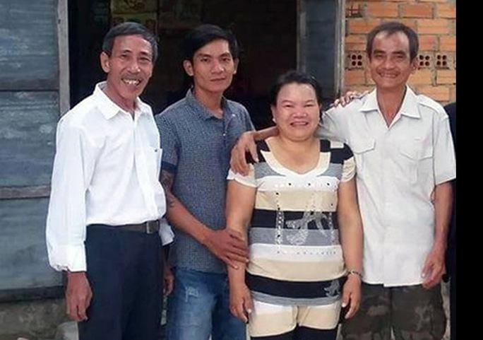 Ông Nén (bìa phải) cùng người thân sau ngày được minh oan vào cuối năm 2015