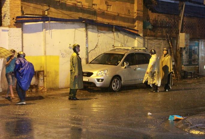 Ông Đoàn Ngọc Hải xin lỗi du khách bị giật đồ, đội mưa dẹp vỉa hè - Ảnh 6.