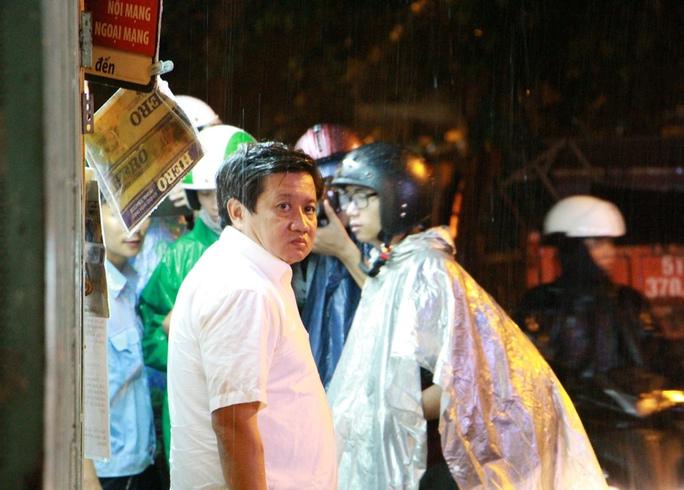 Ông Đoàn Ngọc Hải xin lỗi du khách bị giật đồ, đội mưa dẹp vỉa hè - Ảnh 4.