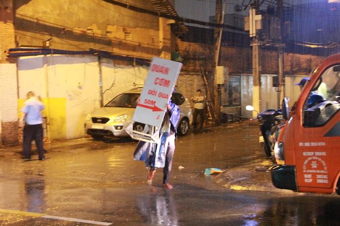 Ông Đoàn Ngọc Hải xin lỗi du khách bị giật đồ, đội mưa dẹp vỉa hè - Ảnh 5.
