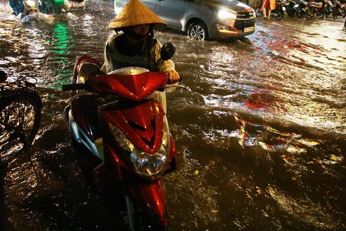 Hàng loạt tuyến đường ở TP HCM ngập trong biển nước - Ảnh 5.