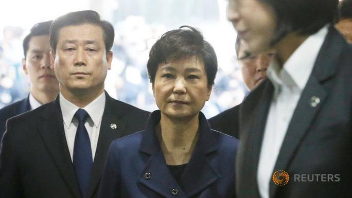 Tổng thống bị phế truất Park Geun-hye rời khỏi Tòa án Quận trung tâm Seoul sau khi bị thẩm vấn hôm 30-3. Ảnh: Reuters