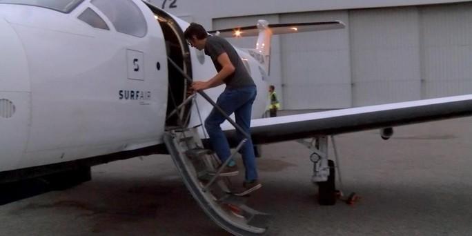 Người đàn ông đi làm hàng ngày... bằng máy bay - Ảnh 1.