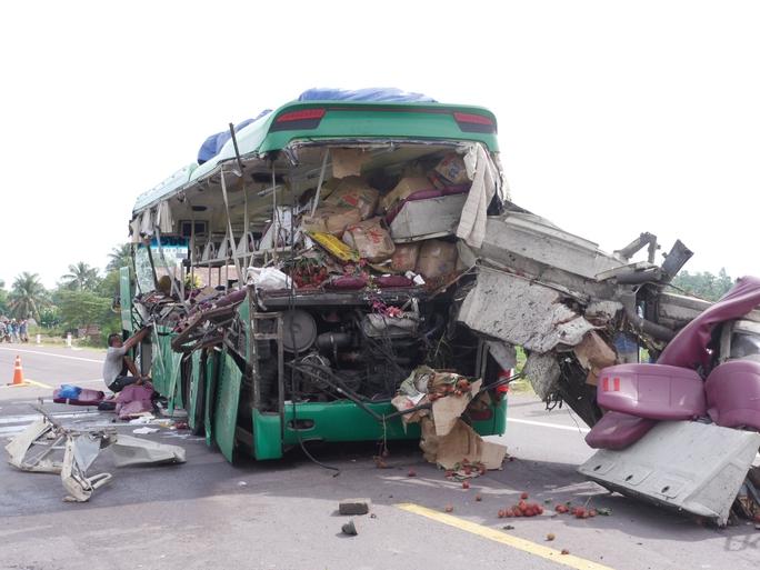 2 ô tô tông nhau, 5 người trên xe khách tử vong tại chỗ - Ảnh 3.