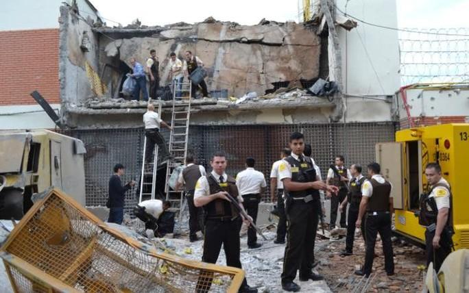 Cảnh sát tập trung bên ngoài trụ sở Công ty Prosegur sau vụ cướp. Ảnh: AP