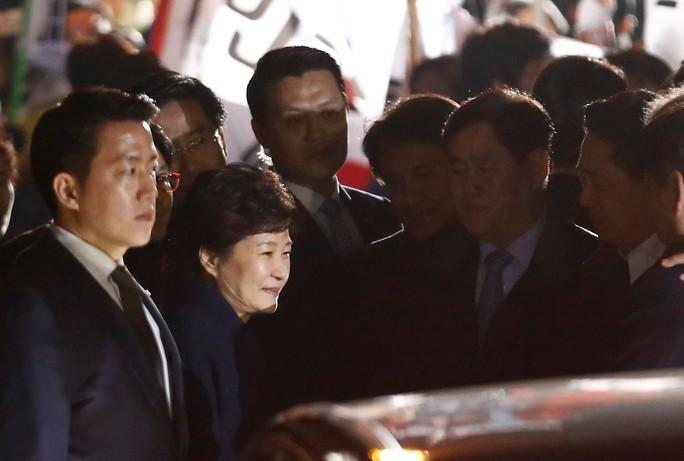 Bà Park Geun-hye chào người ủng hộ khi về đến nhà. Ảnh: Reuters