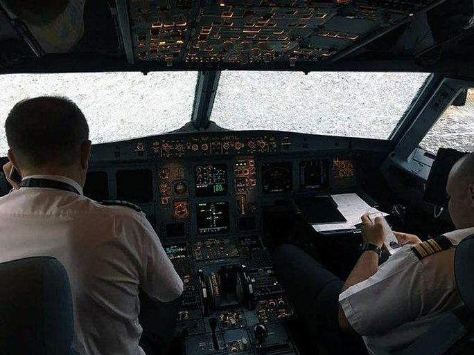 Trúng mưa đá, máy bay nát mũi hạ cánh an toàn nhờ phi công anh hùng - Ảnh 2.
