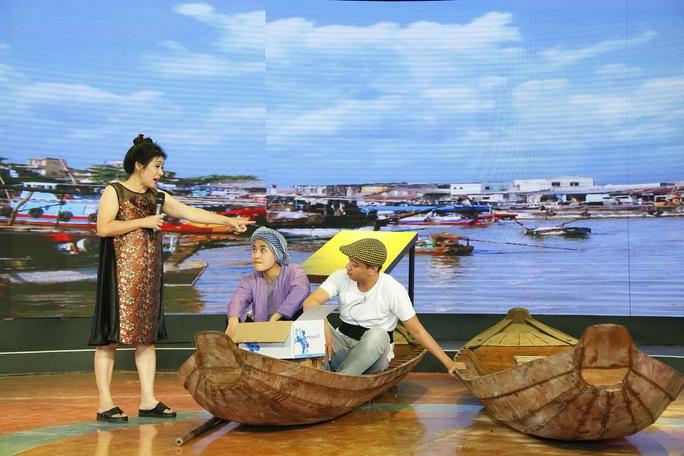 Phạm Yến trình diễn trong nhạc cảnh Cô gái bán sầu riêng