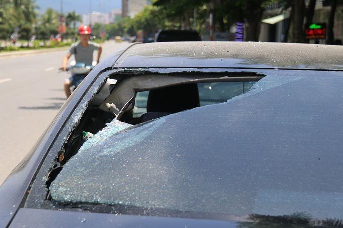 Truy tìm nhóm thanh niên đập phá hàng loạt ô tô trong đêm - Ảnh 2.