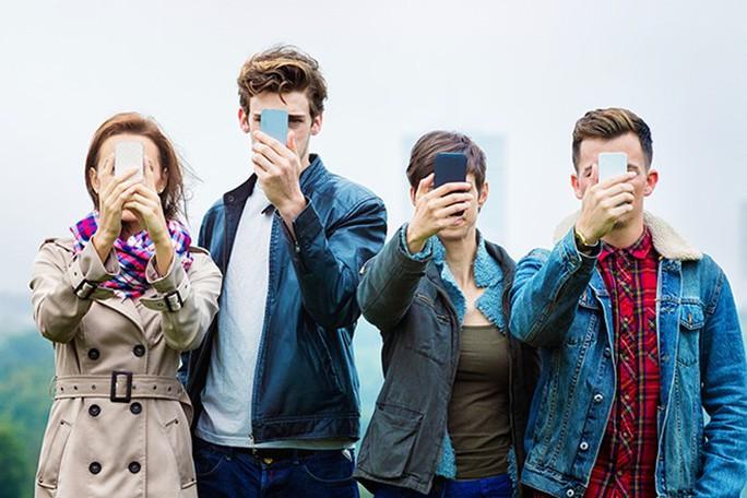 Gặp bạn bè chỉ là xã giao, mang tính tượng trưng. Lâu ngày gặp nhau cũng chỉ chào hỏi qua loa rồi cặm cụi nghịch điện thoại, lướt web. Ảnh: Southaustralianstyle.com .