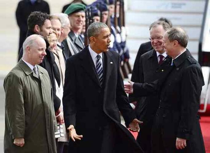 Đại sứ Mỹ tại Đức John B. Emerson (phải) đón Tổng thống Mỹ Barack Obama tại sân bay ở Berlin hồi tháng 4-2016. Ảnh: AP