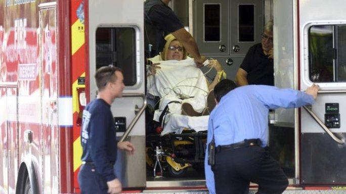 Mọt nạn nhân vụ xả súng được đưa ra khỏi hiện trường. Ảnh: AP