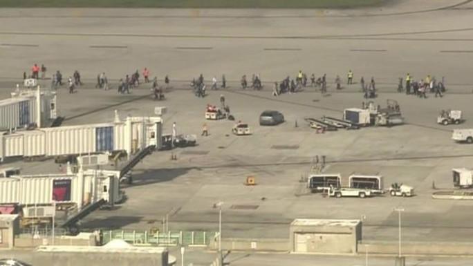 Hàng trăm người phải đợi bên ngoài sân bay. Ảnh: CBS