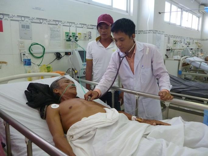 Bệnh nhân Nguyễn Văn Lùn đang tiếp tục được chăm sóc đặc biệt tại Bệnh viện Đa khoa Ninh Thuận