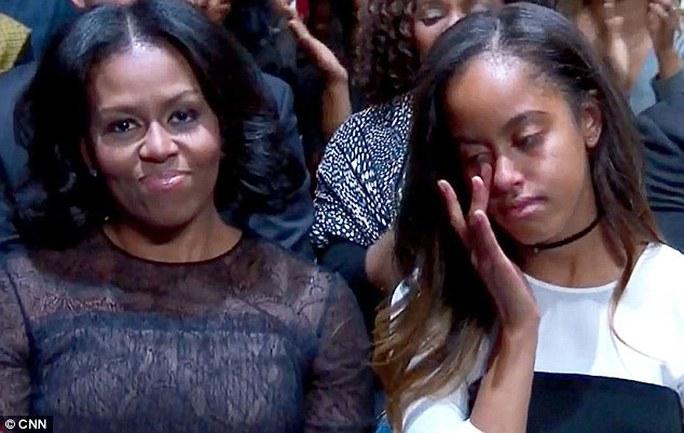 Malia lau nước mắt khi nghe bố khen mẹ hết lời. Ảnh: CNN