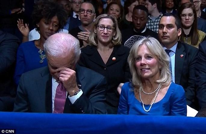 Ông Biden kiềm nén xúc động. Ảnh: CNN