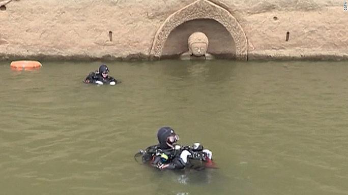 Tượng Phật xuất hiện trong quá trình cải tạo hồ. Ảnh: CCTV