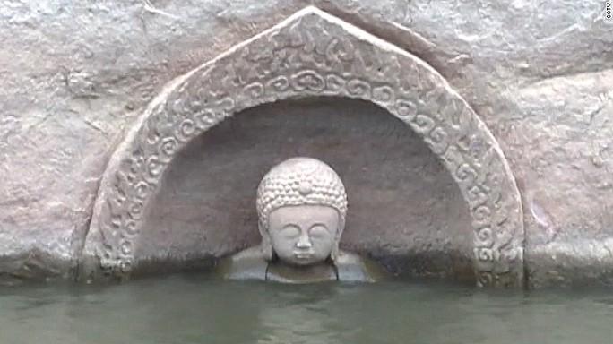 Tượng Phật 600 năm tuổi vừa được phát hiện trong hồ nước ở tỉnh Giang Tây, phía Đông Trung Quốc. Ảnh: CCTV