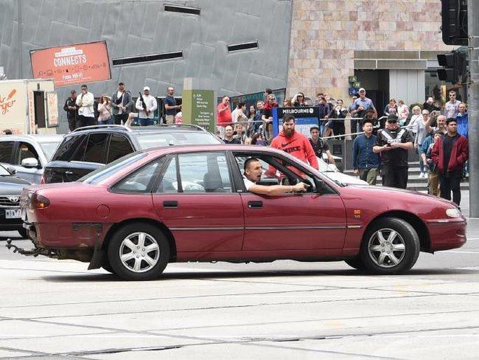 Gã tài xế lái xe vòng vòng trước khi lao vào người đi bộ. Ảnh: The Sun
