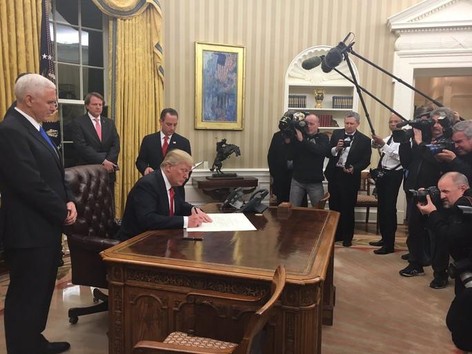 Tân Tổng thống Mỹ Donald Trump đã ký những giấy tờ đầu tiên tại phòng Bầu dục. Ảnh: Twitter