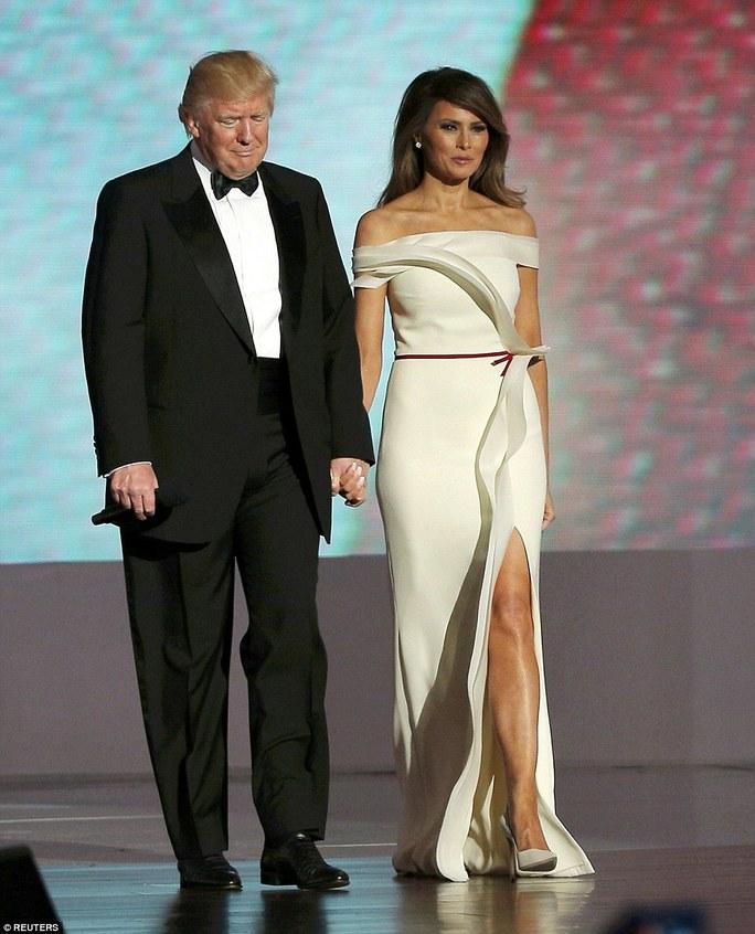 Đệ nhất phu nhân Mỹ Melania Trump cùng Tổng thống Donald Trump trên sân khấu của phòng khiêu vũ Liberty Ball tại Trung tâm Hội nghị Washington đêm 20-1. Ảnh: Reuters