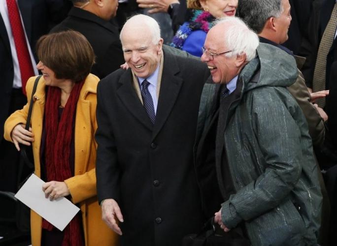 Ông John McCain và Bernie Sanders cười hết cỡ khi tới lễ nhậm chức. Ảnh: Reuters