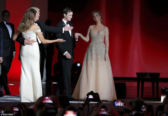 Ông Trump dành điệu nhảy đầu tiên cho phu nhân trong sự kiện khiêu vũ của lễ nhậm chức. Cặp vợ chồng ái nữ nhà Trump cũng khiến nhiều người chú ý. Ảnh: Reuters
