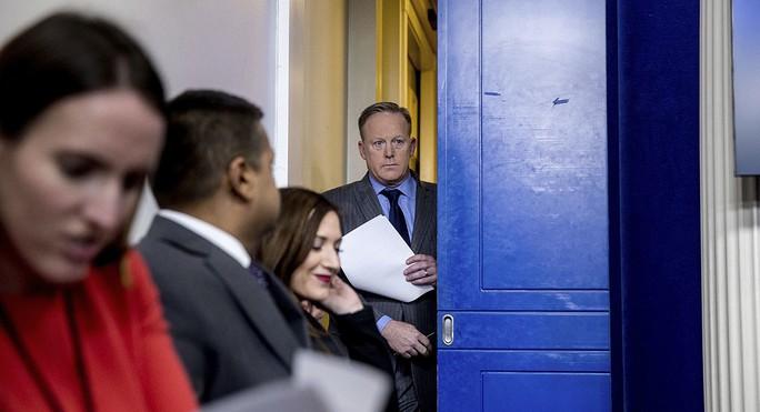 Thư ký báo chí Nhà Trắng Sean Spicer vào phòng họp báo Nhà Trắng hôm 21-1. Ảnh: AP