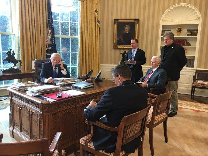 Thư ký báo chí Nhà Trắng Sean Spicer chia sẻ bức ảnh này lên Twitter kèm chú thích: Sau cuộc gọi 45 phút với Thủ tướng Đức Angela Merkel, Tổng thống Trump đang thực hiện cuộc gọi thứ 3 trong số 3 cuộc điện đàm chính phủ, với Tổng thống Nga Vladimir Putin.