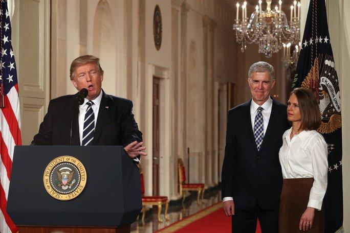 Tổng thống Donald Trump vừa công bố chọn ông Neil Gorsuch làm ứng viên thẩm phán Tòa án Tối cao Mỹ. Ảnh: New York Times