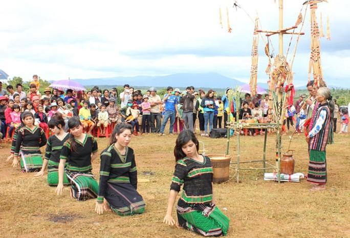 Các cô gái xúng xính trong bộ thổ cẩm biểu diễn ở lễ hội.