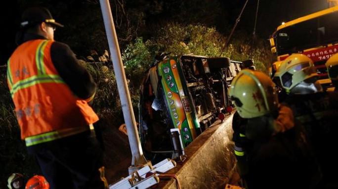 Chiếc xe buýt lật nghiêng ven đường. Ảnh: Reuters