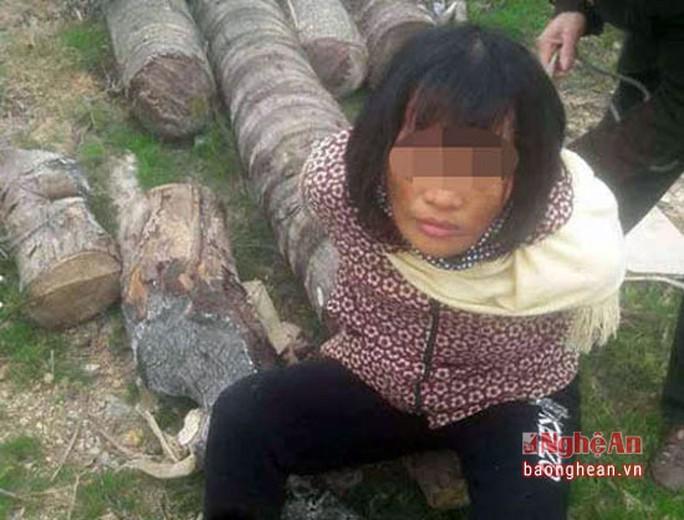 Người phụ nữ bị nghi bắt cóc trẻ em có biểu hiện thần kinh không bình thường. (Ảnh cắt từ clip)
