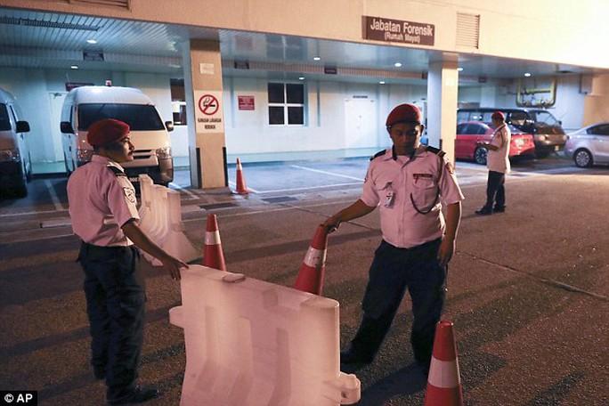 Tối trước đó (14-2), cổng bệnh viện được cảnh sát canh gác cẩn thận. Ảnh: AP