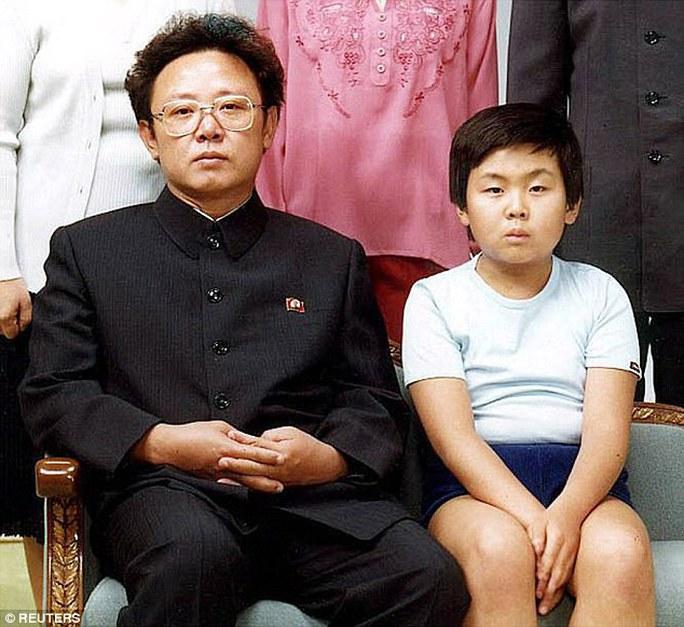 Ông Kim Jong-nam (phải) trong bức ảnh chụp cùng người cha Kim Jong-il năm 1981. Ảnh: Reuters