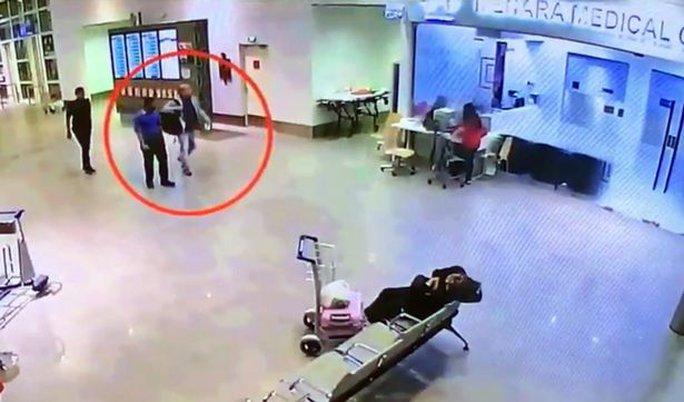 Sau đó, ông được dẫn đến khu vực y tế của sân bay