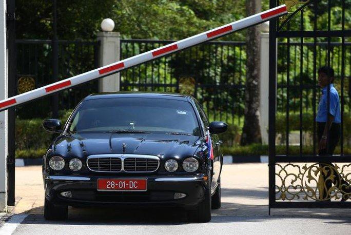 Một chiếc xe ngoại giao của Triều Tiên rời trụ sở Bộ Ngoại giao Malaysia ngày 20-2. Ảnh: REUTERS