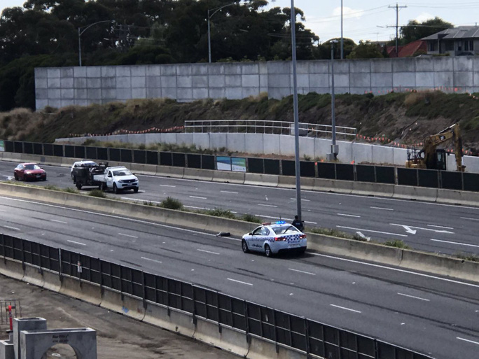 Bánh chiếc máy bay gặp nạn được phát hiện nằm trên xa lộ gần trung tâm thương mại DFO. Ảnh: Twitter