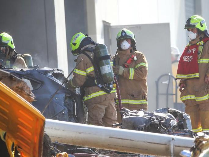 Các nhân viên cứu hộ tại hiện trường. Ảnh: News Corp Australia