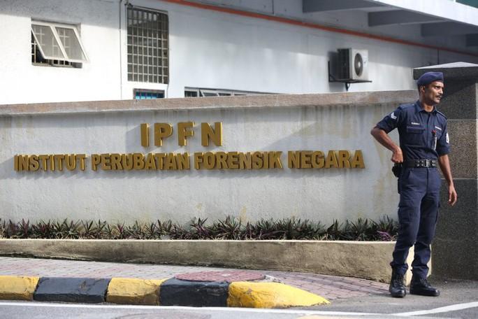 Cảnh sát canh gác tại cổng chính của bộ phận pháp y của bệnh viện Kuala Lumpur tại thủ đô Kuala Lumpur - Malaysia hôm 22-2. Ảnh: AP